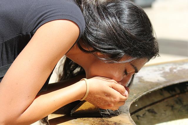 černovláska s vodou