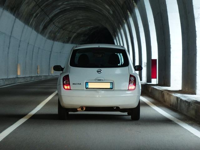auto v tunelu