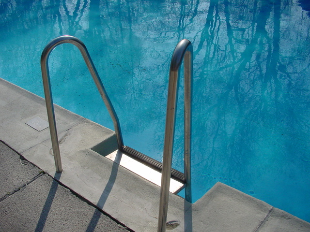 schodky do bazénu s azurovou vodou