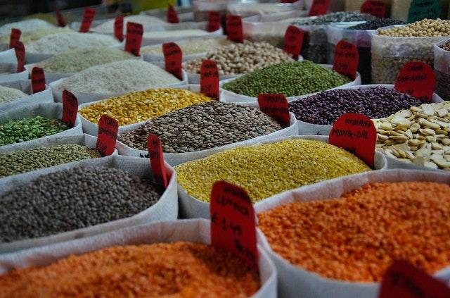 Trh s různými druhy fazolí