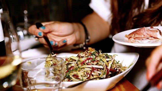 Žena konzumující salát