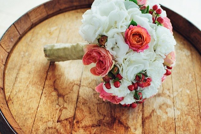 kytice bílých a rudých růží